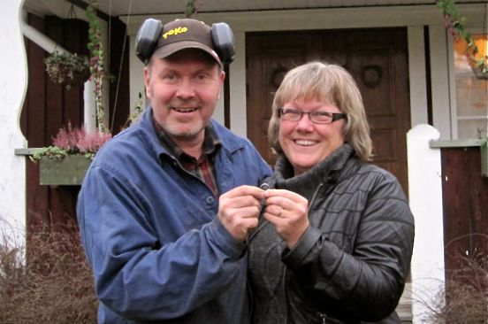 Bị mất nhẫn cưới, 16 năm sau, người phụ nữ bất ngờ tìm thấy nó bị mắc trong... củ cà rốt, nghi phạm còn là con cừu của gia đình - Ảnh 1.