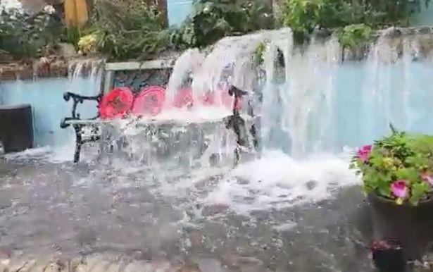 Sau trận mưa lớn kéo dài, người đàn ông ra vườn sau kiểm tra và chứng kiến cảnh tượng thác đổ ngay tại nhà - Ảnh 2.
