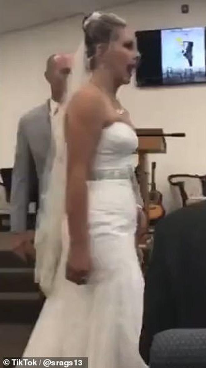 Mẹ chồng nàng dâu cãi tay đôi nảy lửa ngay trong lễ thành hôn khiến quan khách phải ngỡ ngàng, chú rể xấu hổ cúi gằm mặt - Ảnh 2.