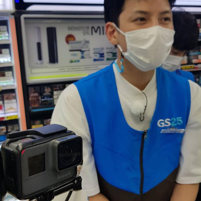 Ji Chang Wook gây bão khi lộ ảnh thực sự đi làm thêm ở cửa hàng tiện lợi, mặt mộc 100% khiến dân tình choáng nhẹ - Ảnh 1.