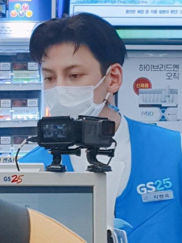 Ji Chang Wook gây bão khi lộ ảnh thực sự đi làm thêm ở cửa hàng tiện lợi, mặt mộc 100% khiến dân tình choáng nhẹ - Ảnh 3.