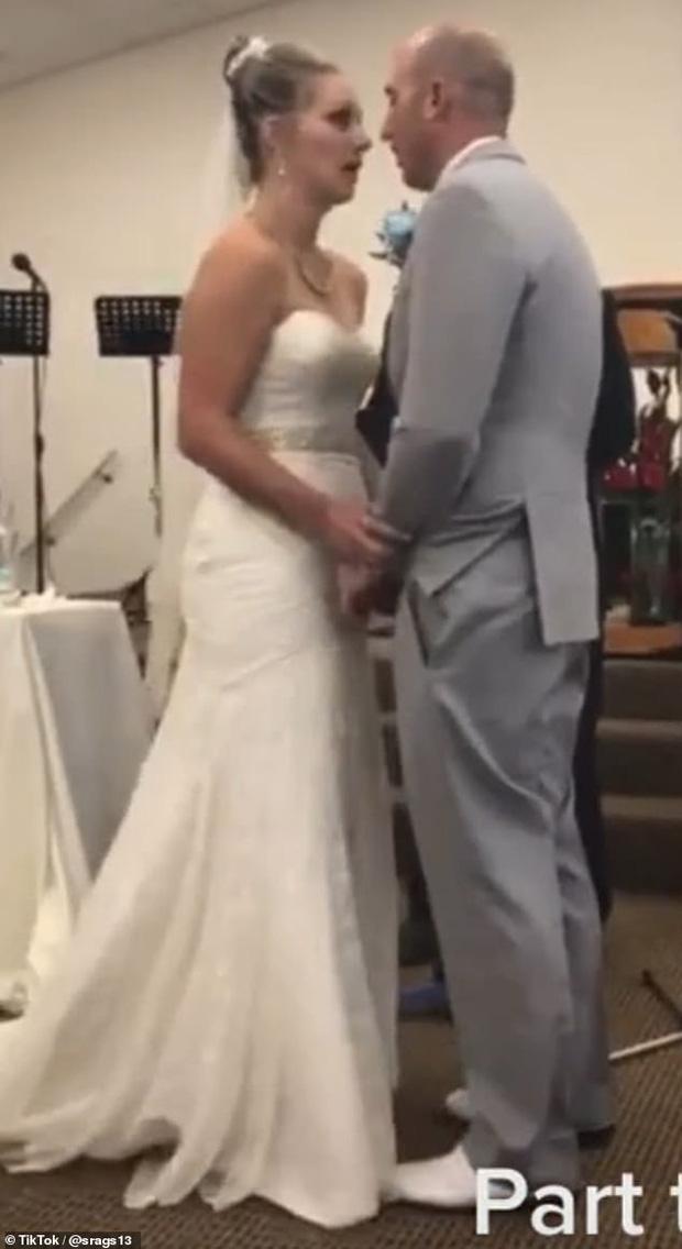 Mẹ chồng nàng dâu cãi tay đôi nảy lửa ngay trong lễ thành hôn khiến quan khách phải ngỡ ngàng, chú rể xấu hổ cúi gằm mặt - Ảnh 6.