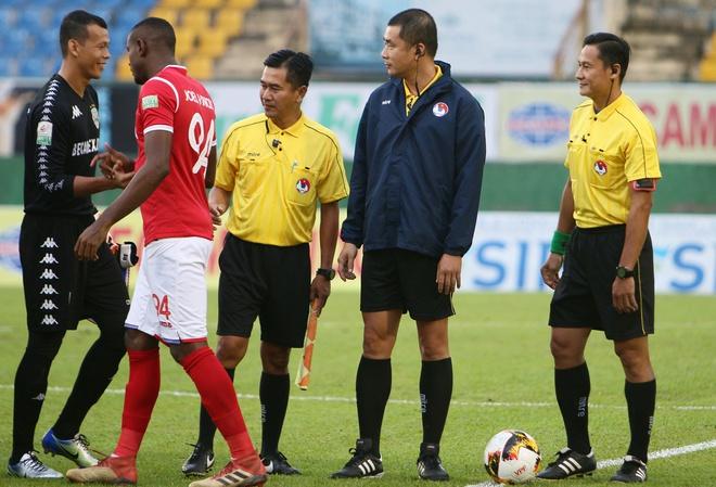 [Hồi ức] Quên thẻ đỏ, trọng tài V.League bẻ còi, hủy bàn thắng rồi bị cầu thủ hỏi tội - Ảnh 1.