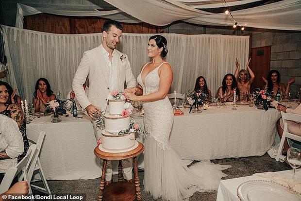 Cô dâu lên mạng nhờ hội photoshop chỉnh sửa hộ ảnh cưới, ai ngờ gặp phải những kẻ đã siêu lầy lại còn nhiệt tình - Ảnh 1.