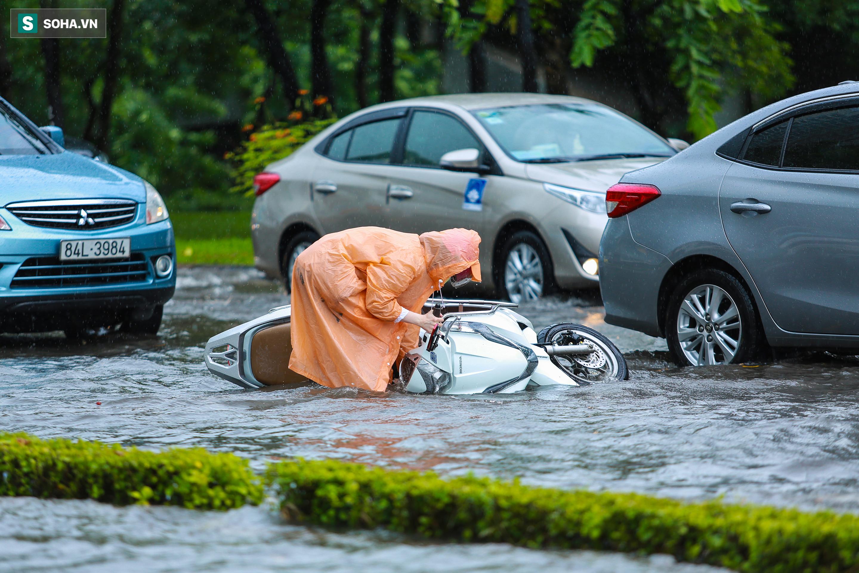 [Ảnh] Rốn ngập Sài Gòn lại chìm trong biển nước: Đường càng sửa dân càng khổ - Ảnh 8.