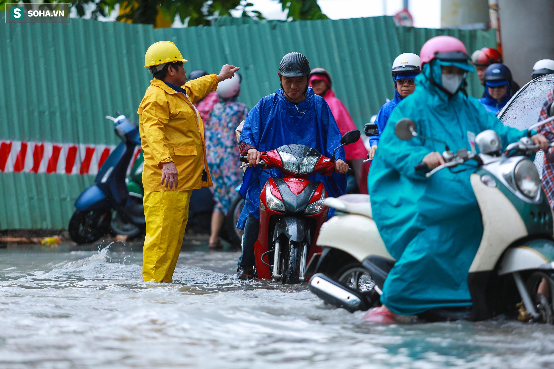 [Ảnh] Rốn ngập Sài Gòn lại chìm trong biển nước: Đường càng sửa dân càng khổ - Ảnh 10.