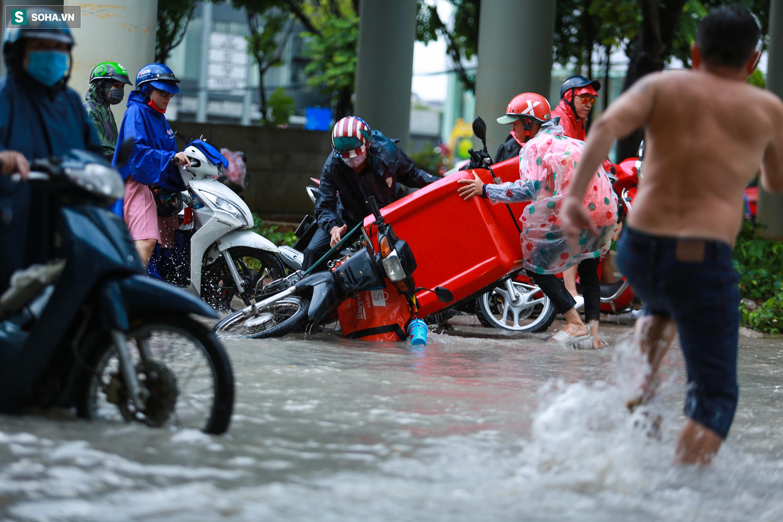[Ảnh] Rốn ngập Sài Gòn lại chìm trong biển nước: Đường càng sửa dân càng khổ - Ảnh 9.
