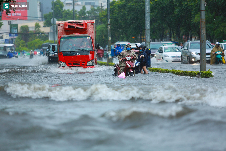 [Ảnh] Rốn ngập Sài Gòn lại chìm trong biển nước: Đường càng sửa dân càng khổ - Ảnh 1.