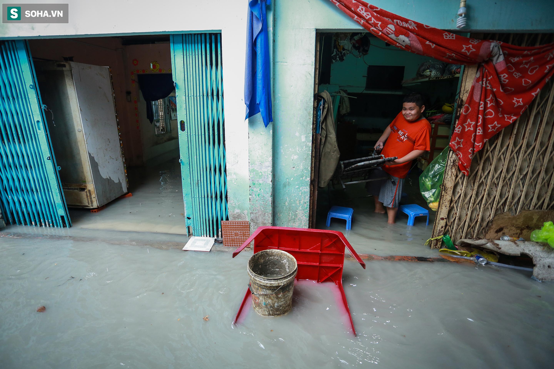 [Ảnh] Rốn ngập Sài Gòn lại chìm trong biển nước: Đường càng sửa dân càng khổ - Ảnh 11.