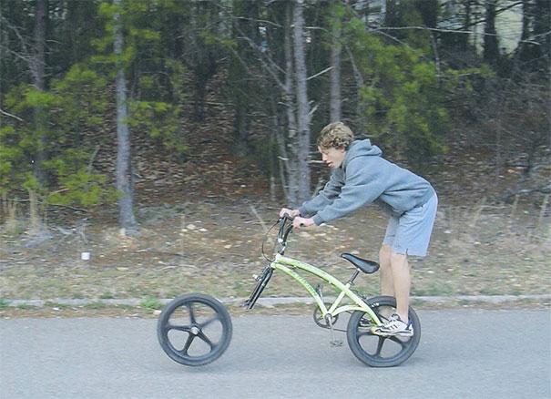 20 bức ảnh cho thấy cuộc đời lắm lúc thật éo le ngang trái: Ai đi xe đạp nên chú ý số 4 - Ảnh 3.