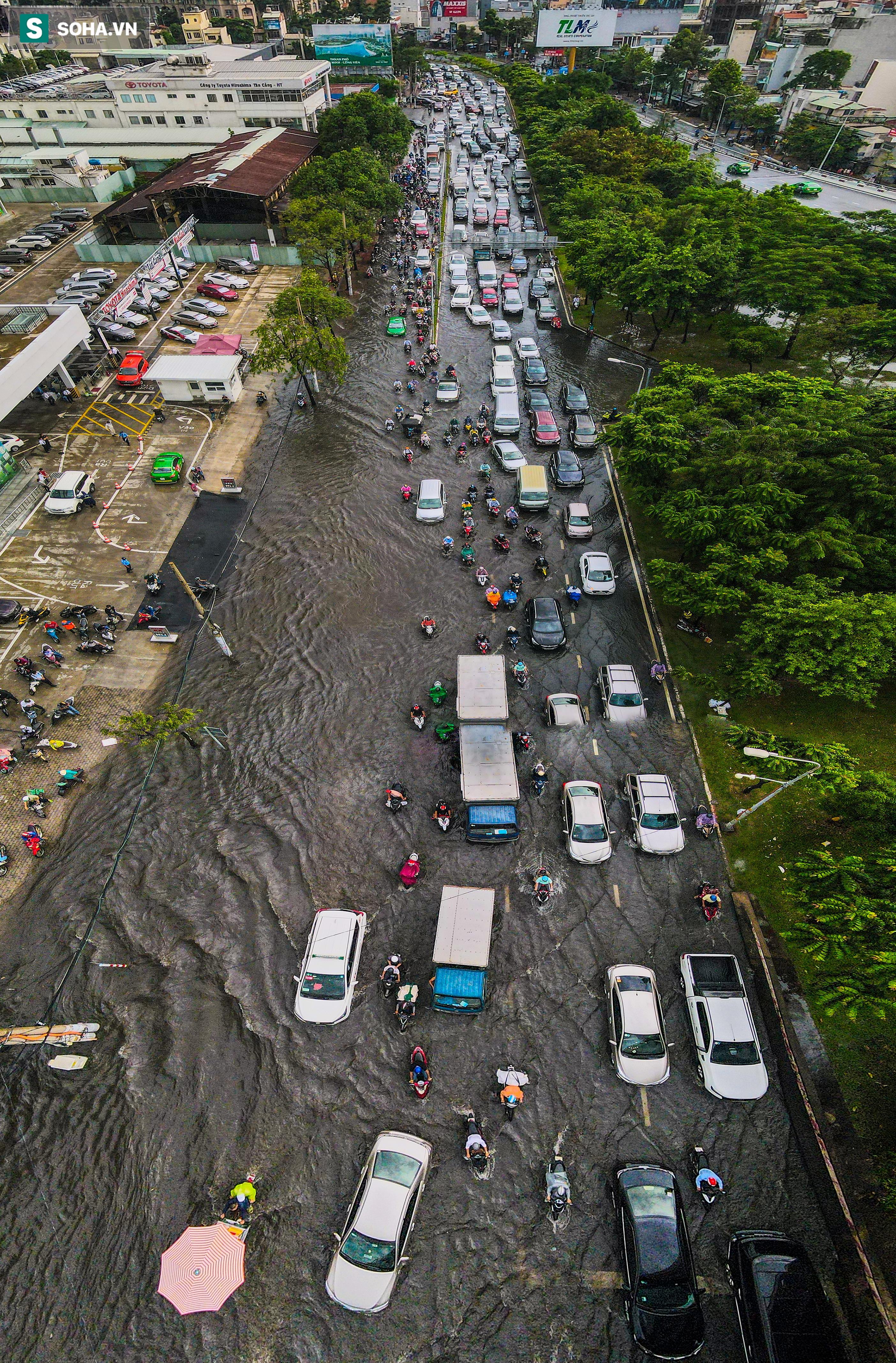 [Ảnh] Rốn ngập Sài Gòn lại chìm trong biển nước: Đường càng sửa dân càng khổ - Ảnh 4.