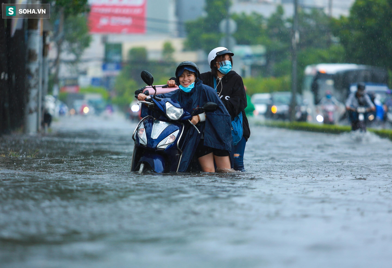 [Ảnh] Rốn ngập Sài Gòn lại chìm trong biển nước: Đường càng sửa dân càng khổ - Ảnh 3.