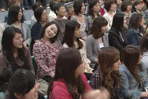 1 năm sau khi chương trình lên sóng, khán giả mới nhận ra hình ảnh chị gái nghiêng đầu trong đó gây xôn xao MXH Nhật vì quá đáng sợ - Ảnh 1.