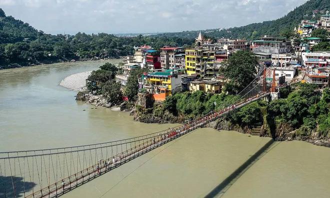 Một phụ nữ Pháp bị bắt giữ vì khỏa thân trên cầu thiêng ở Ấn Độ - Ảnh 1.