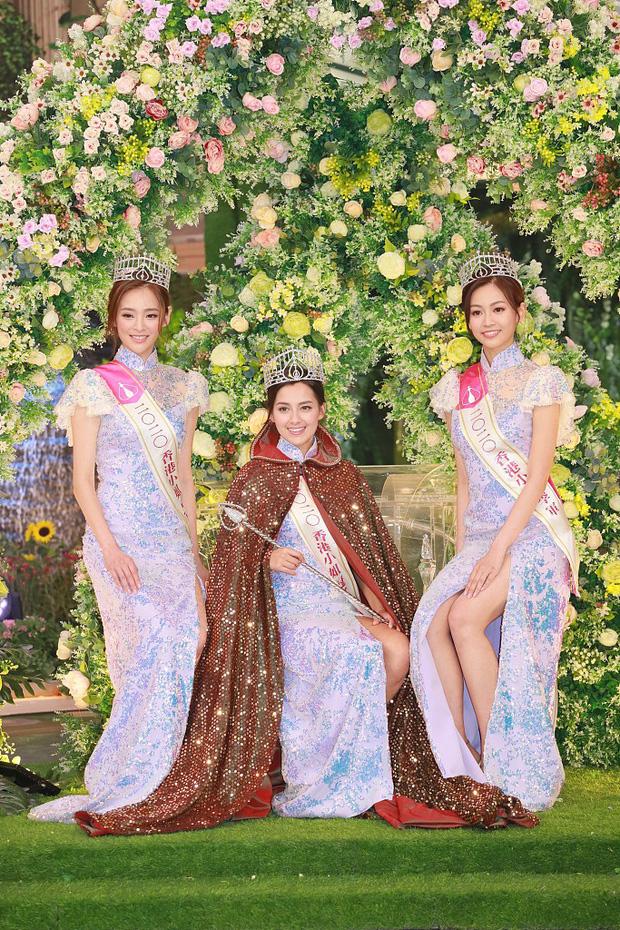 Tân Hoa hậu Hong Kong vừa đăng quang đã gây tranh cãi: Đẹp hiếm có lại giống Địch Lệ Nhiệt Ba, bất ngờ khi kéo đến ảnh lộ chiều cao - Ảnh 1.