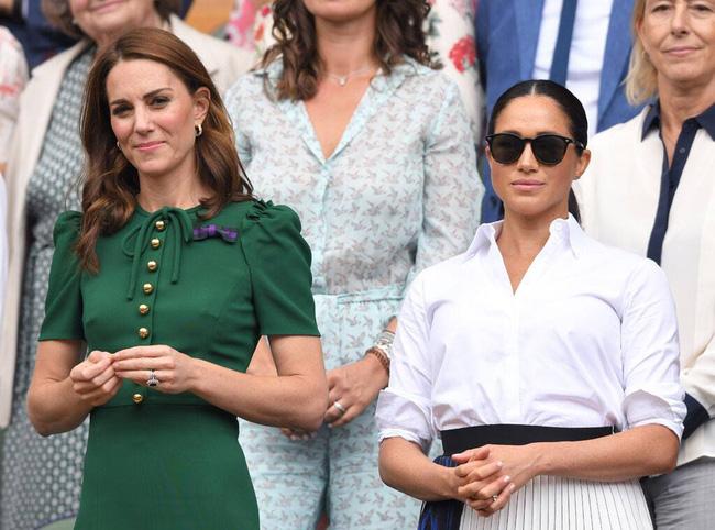 Lần đầu ra mắt hoàng gia Anh, Meghan Markle đã ghim trong lòng mối thù chỉ vì hành động bị cho là thiếu tinh tế của Công nương Kate - Ảnh 2.