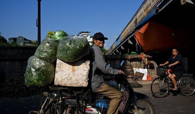 Báo Trung Quốc viết gì về lời giải cho bài toán thất nghiệp Covid-19 của Việt Nam? - Ảnh 1.