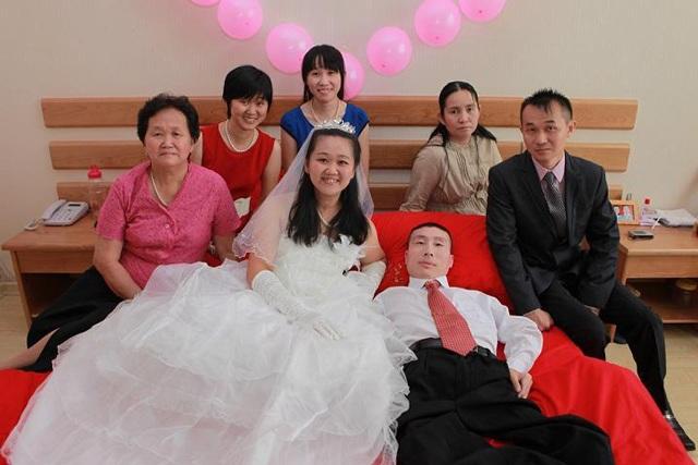 Sự thật phía sau câu chuyện chú rể chỉ nằm im khi chụp ảnh cưới khiến ai cũng bất ngờ - Ảnh 2.