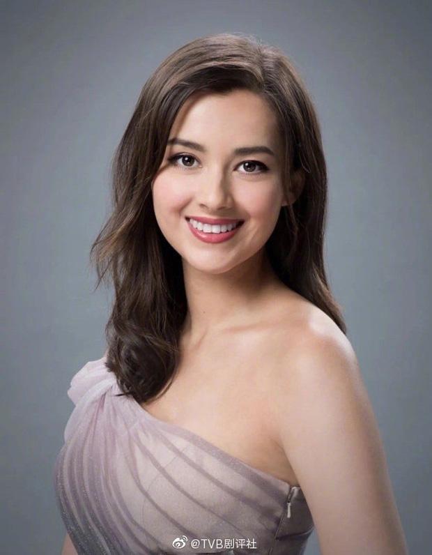 Tân Hoa hậu Hong Kong vừa đăng quang đã gây tranh cãi: Đẹp hiếm có lại giống Địch Lệ Nhiệt Ba, bất ngờ khi kéo đến ảnh lộ chiều cao - Ảnh 12.