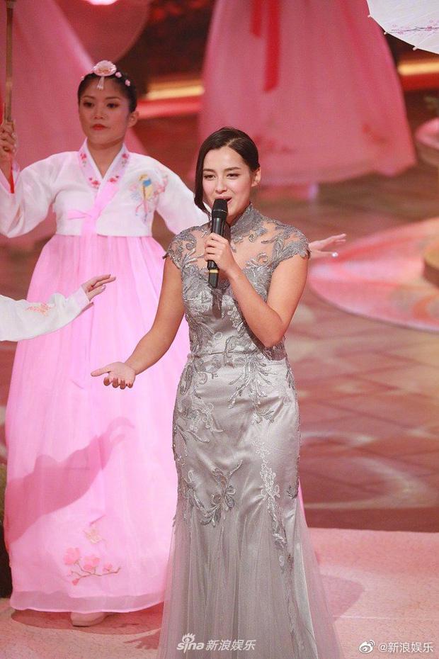 Tân Hoa hậu Hong Kong vừa đăng quang đã gây tranh cãi: Đẹp hiếm có lại giống Địch Lệ Nhiệt Ba, bất ngờ khi kéo đến ảnh lộ chiều cao - Ảnh 14.