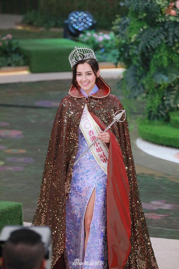 Tân Hoa hậu Hong Kong vừa đăng quang đã gây tranh cãi: Đẹp hiếm có lại giống Địch Lệ Nhiệt Ba, bất ngờ khi kéo đến ảnh lộ chiều cao - Ảnh 3.