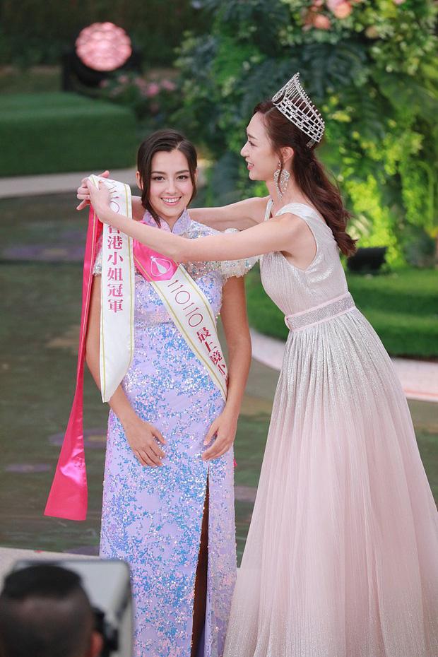 Tân Hoa hậu Hong Kong vừa đăng quang đã gây tranh cãi: Đẹp hiếm có lại giống Địch Lệ Nhiệt Ba, bất ngờ khi kéo đến ảnh lộ chiều cao - Ảnh 4.
