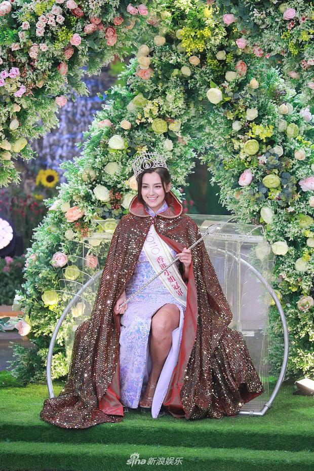 Tân Hoa hậu Hong Kong vừa đăng quang đã gây tranh cãi: Đẹp hiếm có lại giống Địch Lệ Nhiệt Ba, bất ngờ khi kéo đến ảnh lộ chiều cao - Ảnh 6.