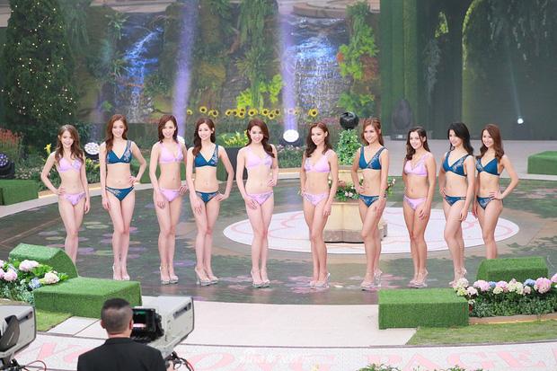 Tân Hoa hậu Hong Kong vừa đăng quang đã gây tranh cãi: Đẹp hiếm có lại giống Địch Lệ Nhiệt Ba, bất ngờ khi kéo đến ảnh lộ chiều cao - Ảnh 9.