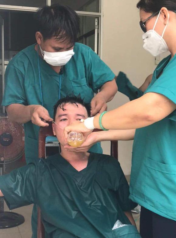 Y bác sĩ trung tâm cấp cứu 115 Đà Nẵng làm việc đến kiệt sức trong cuộc chiến với Covid-19 - Ảnh 2.