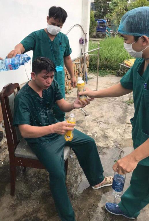 Y bác sĩ trung tâm cấp cứu 115 Đà Nẵng làm việc đến kiệt sức trong cuộc chiến với Covid-19 - Ảnh 1.