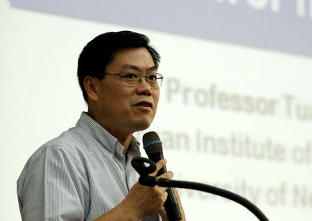 GS Nguyễn Văn Tuấn: Ít nhất cũng phải 2 năm mới có vắc xin Covid-19 - Ảnh 1.