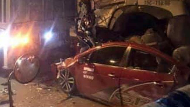 Ôtô con bị xe container chèn qua, 3 người chết, 1 người bị thương - ảnh 1