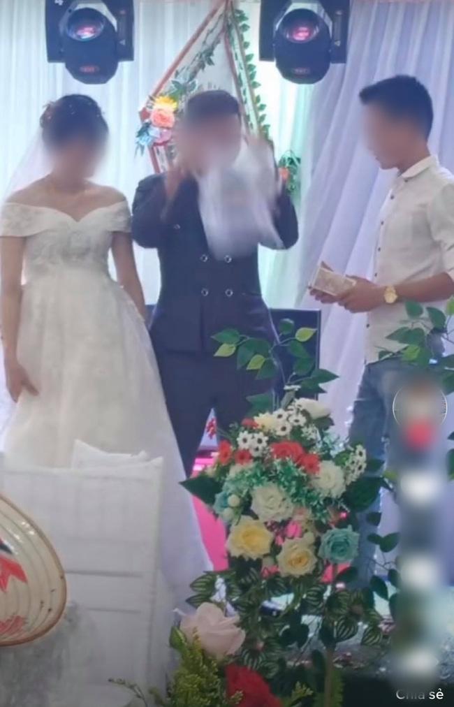 Chú rể lấy túi ni lông trong túi áo giũ ngay trên sân khấu hôn lễ, hành động sau đó với một người đàn ông gây bất ngờ - ảnh 1