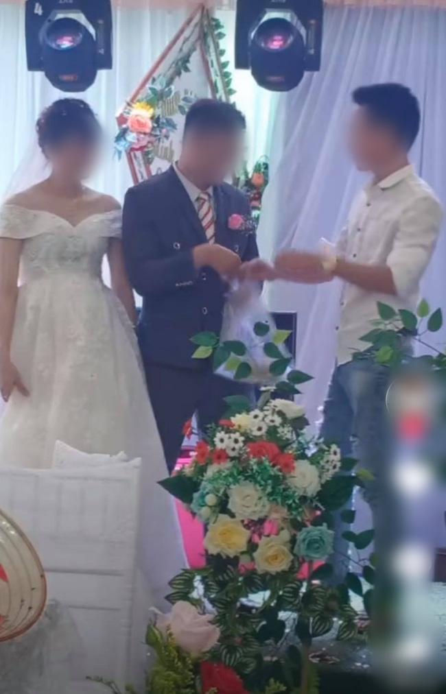 Chú rể lấy túi ni lông trong túi áo giũ ngay trên sân khấu hôn lễ, hành động sau đó với một người đàn ông gây bất ngờ - ảnh 2