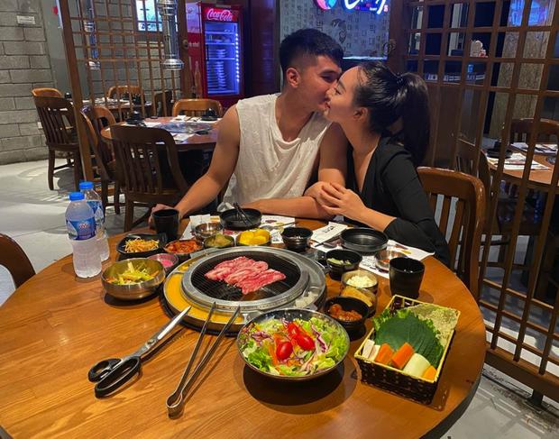 Cầu thủ Việt đưa người yêu đi chơi nhân đợt nghỉ dịch, người không thể về thăm vợ con vì thành phố đóng cửa - Ảnh 2.