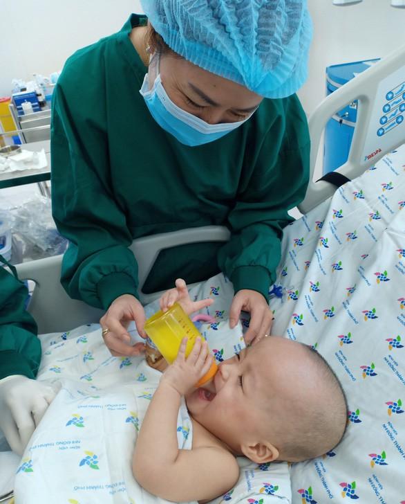 Hình ảnh vô cùng đáng yêu của bé Trúc Nhi, Diệu Nhi sau ca mổ tách 20 ngày - Ảnh 1.