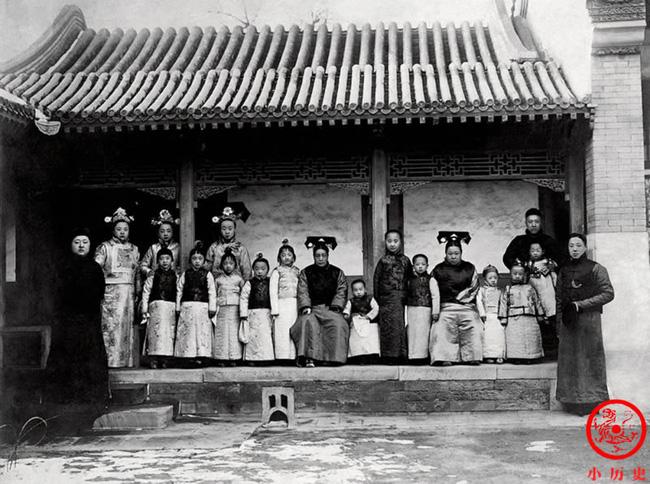 Loạt ảnh khắc họa toàn bộ cuộc sống của gia đình Hoàng đế nhà Thanh cuối cùng: 3 thế hệ cùng sống dưới 1 mái nhà và những câu chuyện ít người biết - Ảnh 2.
