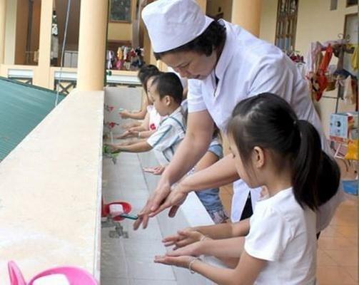 Chăm sóc trẻ mắc tay chân miệng đúng cách - Ảnh 1.