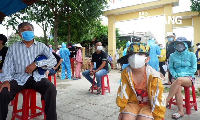 Bệnh nhân thứ 8 tử vong; Bộ Y tế giao 3 đơn vị hỗ trợ Hà Nội xét nghiệm COVID-19; Phát hiện 6 người đi từ Đà Nẵng ra Huế trốn cách ly - Ảnh 2.