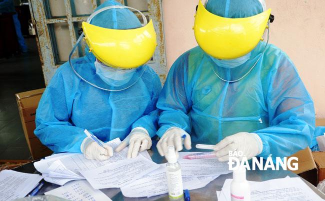 Bệnh nhân thứ 8 tử vong; Bộ Y tế giao 3 đơn vị hỗ trợ Hà Nội xét nghiệm COVID-19; Phát hiện 6 người đi từ Đà Nẵng ra Huế trốn cách ly - Ảnh 3.