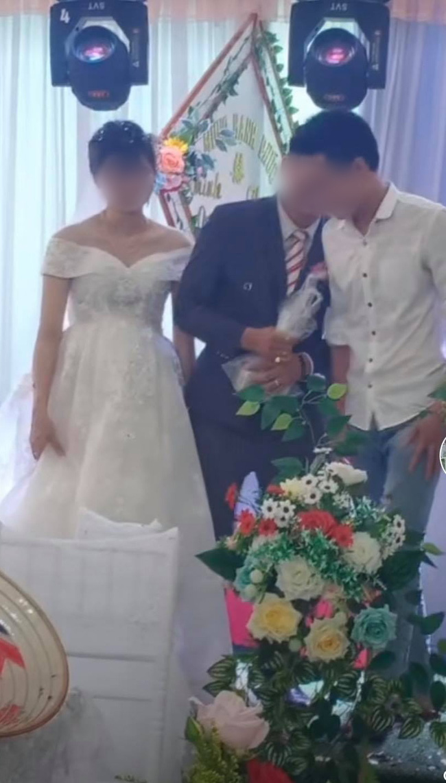 Chú rể lấy túi ni lông trong túi áo giũ ngay trên sân khấu hôn lễ, hành động sau đó với một người đàn ông gây bất ngờ - ảnh 3