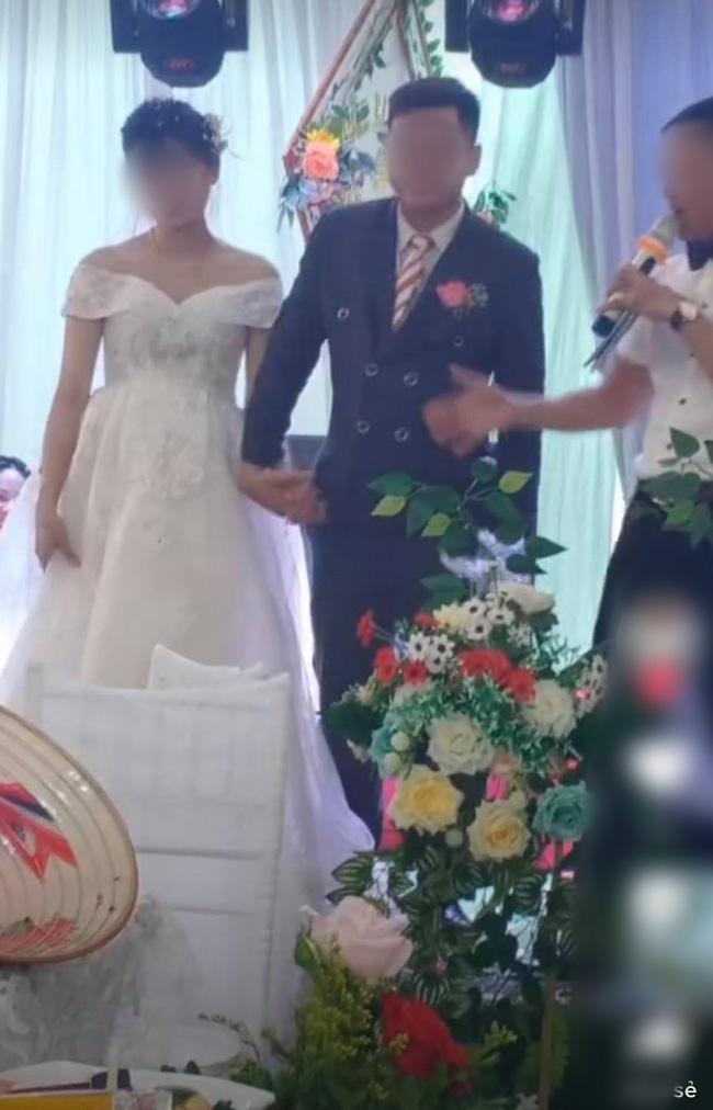 Chú rể lấy túi ni lông trong túi áo giũ ngay trên sân khấu hôn lễ, hành động sau đó với một người đàn ông gây bất ngờ - ảnh 4