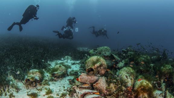 Cận cảnh bảo tàng dưới nước du khách tự do bơi lội ngắm xác tàu cổ đại - Ảnh 7.