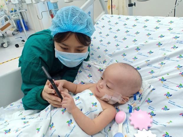 Hình ảnh vô cùng đáng yêu của bé Trúc Nhi, Diệu Nhi sau ca mổ tách 20 ngày - Ảnh 6.
