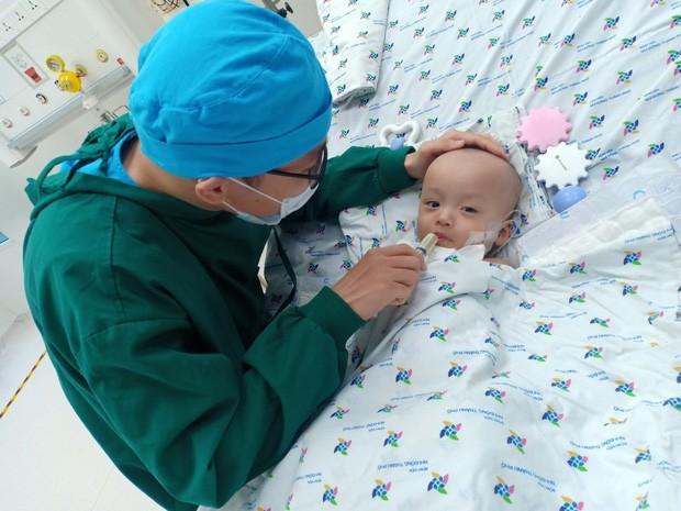 Hình ảnh vô cùng đáng yêu của bé Trúc Nhi, Diệu Nhi sau ca mổ tách 20 ngày - Ảnh 8.