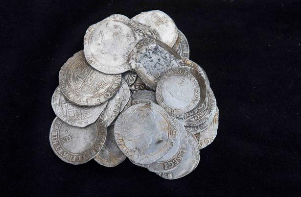 Đem máy dò kim loại đến quán rượu, người đàn ông tìm được kho báu trị giá 3 tỷ đồng - Ảnh 3.