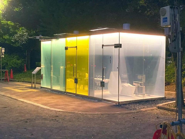 Cận cảnh nhà vệ sinh công cộng chống dê xồm tại Nhật Bản với nhiều chức năng gây bất ngờ - Ảnh 1.