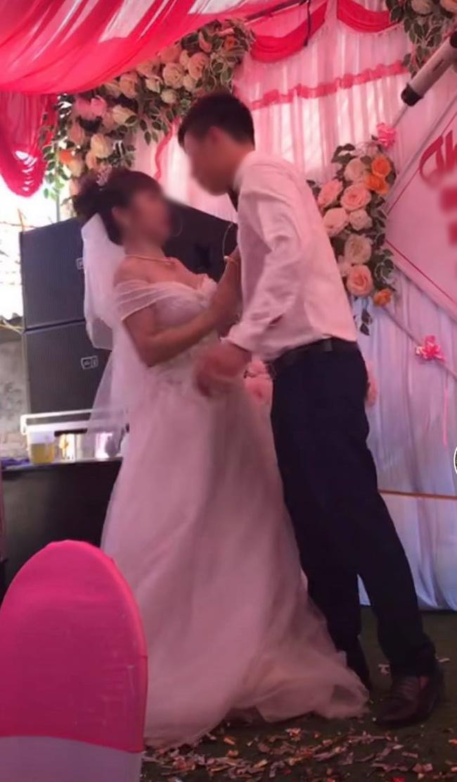 Chú rể cưỡng hôn cô dâu trên sân khấu khiến MC hoảng hốt: Chưa, chưa, cả hôn trường cười không dứt - ảnh 1