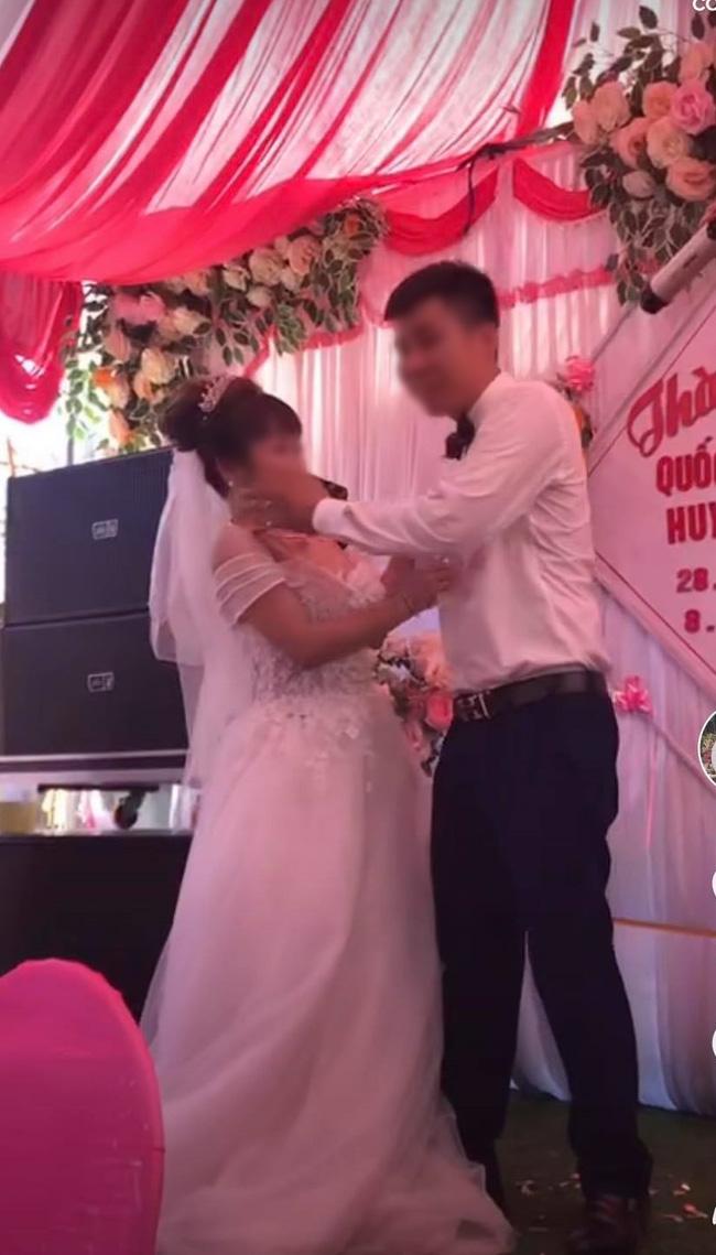 Chú rể cưỡng hôn cô dâu trên sân khấu khiến MC hoảng hốt: Chưa, chưa, cả hôn trường cười không dứt - ảnh 2