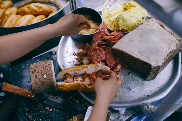 Hàng bánh mì Hà Nội có từ thời bao cấp, mỗi ngày bán 400 chiếc, ngay trung tâm phố cổ nhưng giá chỉ 10 ngàn - ảnh 1